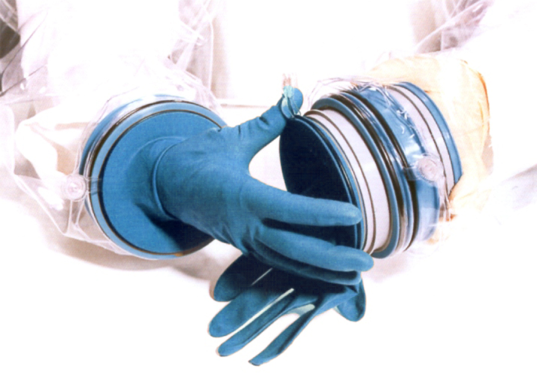 Innovative glove change system for isolators